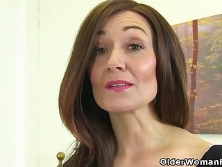 English milf Kitty Creme de la creme puts their way fingers to work