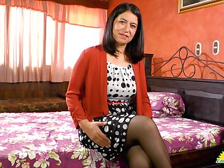 Latin mature woman Anabella is playing with their way favorite sex toy